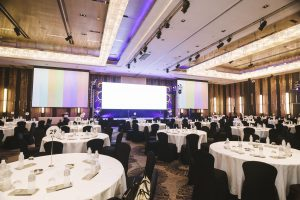 Big,Empty,Modern,Meeting,seminar,conference,Room,In,Hotel,(round,Table)